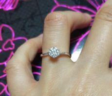 单钻和群镶的莫桑石戒指哪个好?