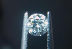分辨莫桑钻和钻石的区别